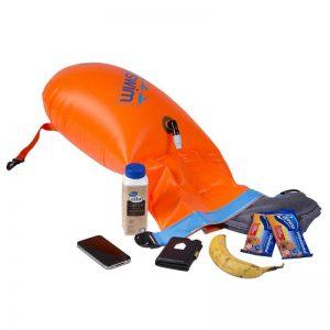 Schwimmboje, aufgeblasen, Rollknickverschluss zum Beladen geöffnet