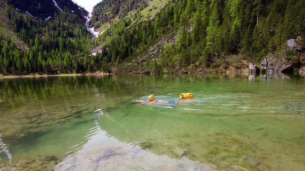 In sehr kalten, unbekannten Gewässern sollte man immer eine Schwimmboje mit sich führen.