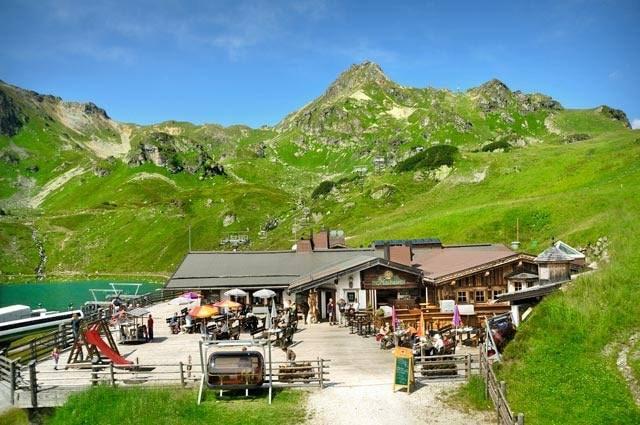 Auf der Hochalm in Obertauern sitzt man sehr schön am Ufer des Grünwaldsees.
