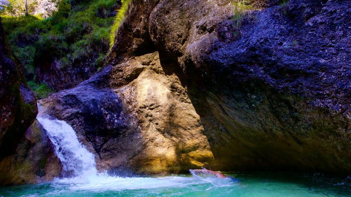 Für ein paar prickelnde Wildswimming Runden reicht dieser Naturpool der Almbachklamm allemal.