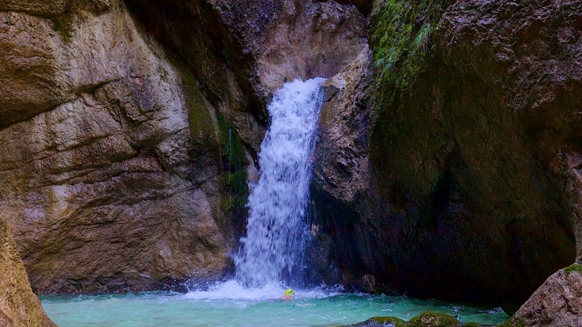 Der unterste Wasserall in der Almbachklamm - wer möchte hier nicht seienm Wildswimming Trieb frönen ?