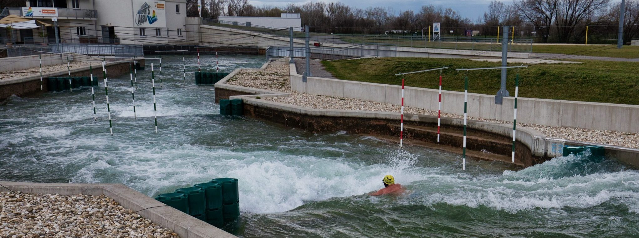 """""""Beat the Channel"""" bietet Jedermann die Chance den Wildwasserkanal mehrmals abgesichert zu beschwimmen."""